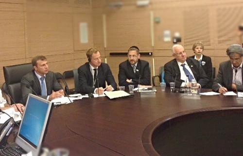 De g. à dr. : Le député Yoel Razvozov; L'ambassadeur de Belgique en Israël, John Cornet Delzius; Le député Dov Lipman; Le député Reuven Rivlin; Le député Moti Yogev.